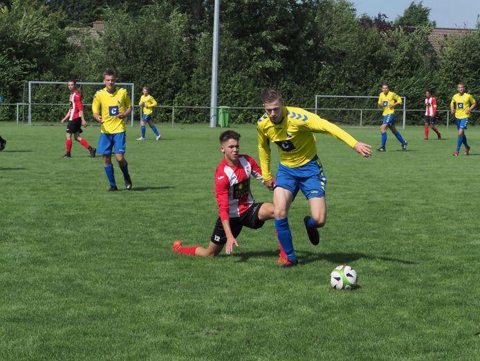 Levi Mombarg in actie voor Oostkapelle / Domburg op de Borsele Sloepoort Cup in Nieuwdorp.