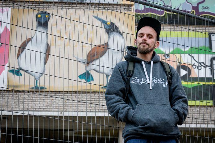 Peter Baca (spreek uit: Batza), bij zijn pinguïns, die stiekem vermomde blauwvoetgenten zijn.