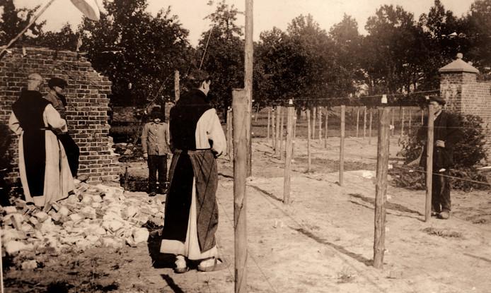 Monniken van de Achelse Kluis bij de beruchte dodelijke grensversperring.