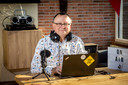 Leerkracht Bruno De Smet maakt met enkele collega's radio voor hun leerlingen.