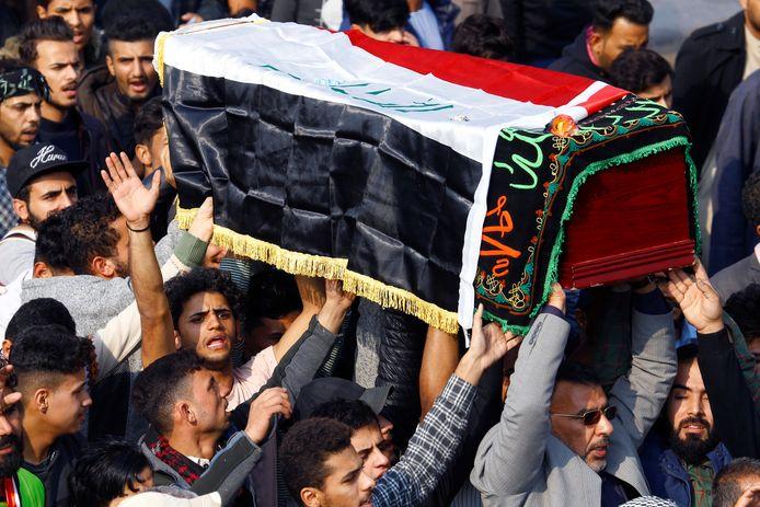 Irakezen rouwen om een manifestant die tijdens de protesten in de stad Najaf omkwam.
