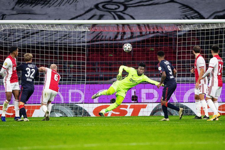 Andre Onana kijkt machteloos naar de bal, de 1-2 van Queensy Menig is binnen. Beeld Guus Dubbelman / de Volkskrant