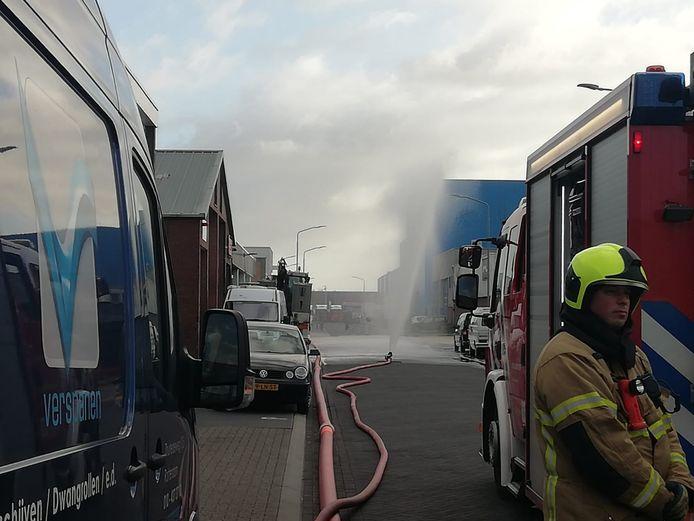 De brandweer zette een waterscherm op om de stank te verminderen.
