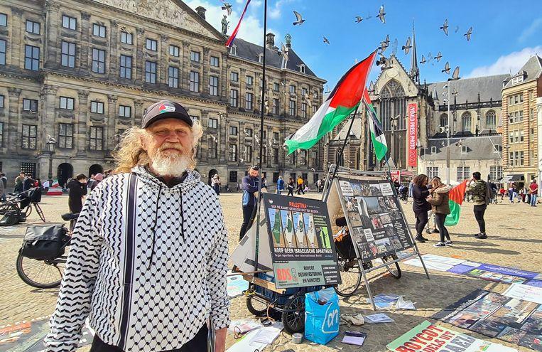Simon Vrouwe bij zijn pro-Palestinakraam op de Dam.   Beeld Noël van Bemmel