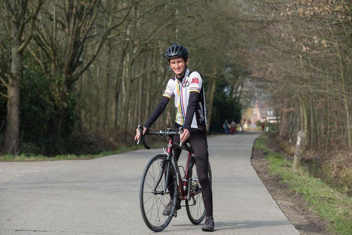 Katrien Seynaeve spreekt met haar klanten over hun job tijdens een fietstochtje.