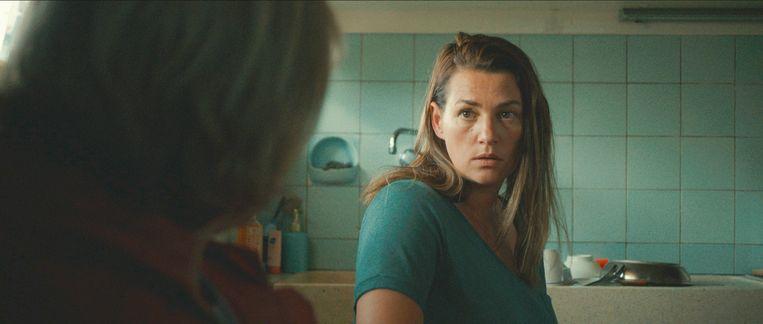 Emilie De Roo: 'Ik denk niet dat 'Beau Séjour' door mannen gemaakt had kunnen zijn. Esther, mijn personage, is allesbehalve een typisch vrouwtje.' Beeld VRT
