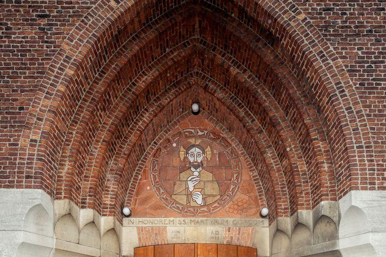 Op 24 december stonden we voor het middenportaal van de Parochiekerk van de Heilige Martelaren van Gorcum op het Linnaeushof. Deze katholieke kerk werd in 1928-1929 gebouwd naar een ontwerp van A.J. Kropholler. Winnaar van het jaarabonnement op Ons Amsterdam is Anke Wartenbergh. Beeld Jakob Van Vliet