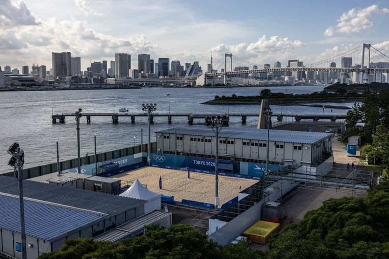 De volleybalsite in Shiokaze Park. Beeld Getty Images