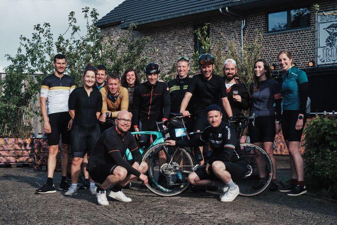 De leden van Jeugdhuis Bunker fietsten meer dan duizend kilometers bij elkaar voor Kom op tegen kanker.