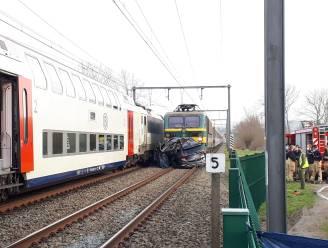 Wagen gegrepen door twee treinen, bestuurder overleden