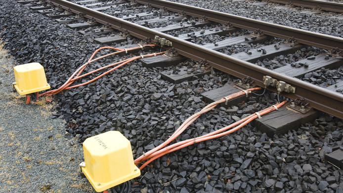 Spoorbeheerder ProRail en de NS bewaken op sommige plaatsen het spoor om koperdiefstal te voorkomen.