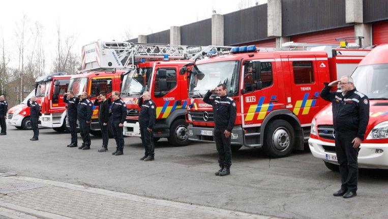 De brandweer van Tienen tijdens een minuut stlte voor de slachtoffers van de aanslagen van 22 maart. Beeld Bollen