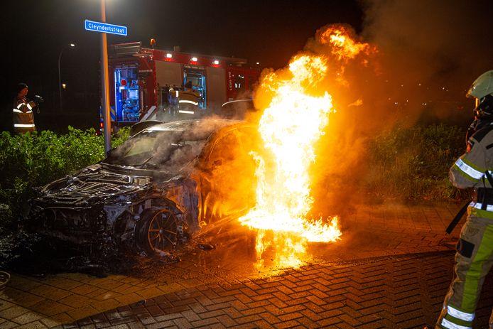 Van het uitgebrande voertuig bleef weinig meer over.