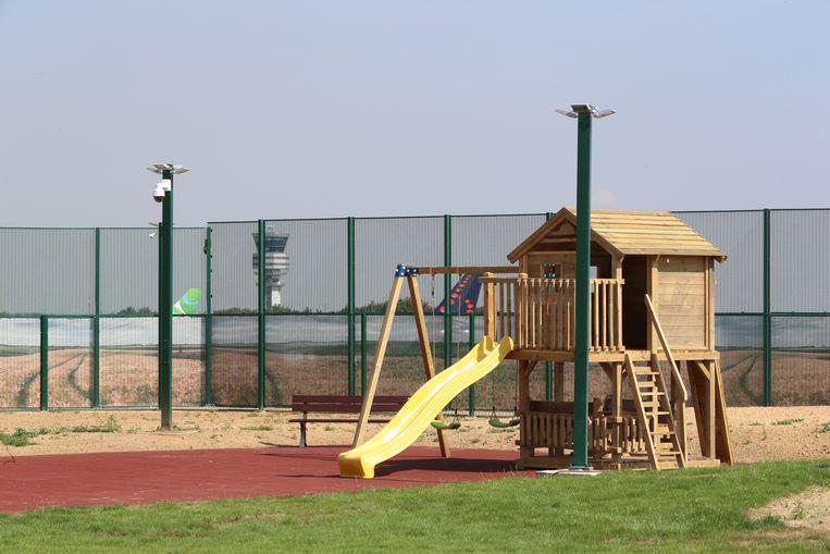 Speeltuin in het gesloten asielcentrum 127bis in Steenokkerzeel.  Beeld BELGA