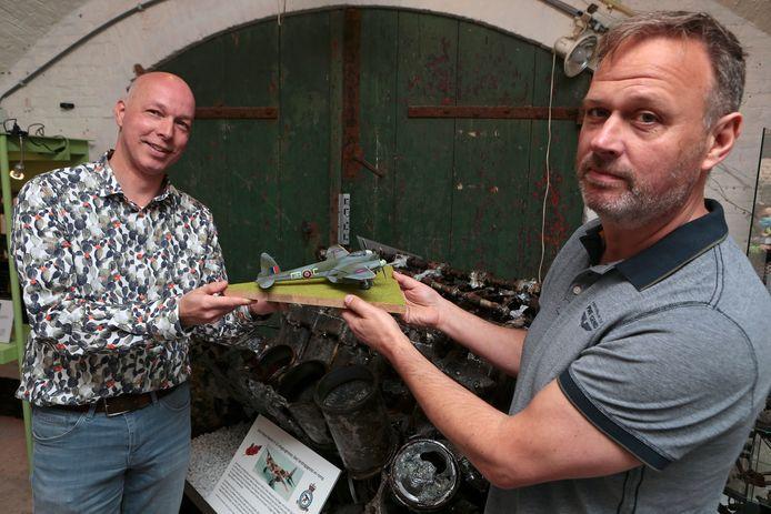 Wilbert van de Werke schenkt het schaalmodel van de Mosquito aan museumvoorzitter Peter den Tek (rechts).