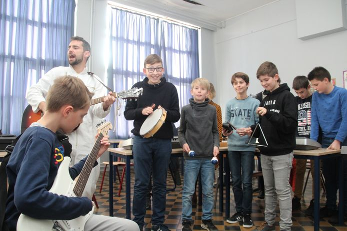 De eerstejaars leerlingen van het Stella Matutinacollege van Lede kregen van Rode Neuzendag en de koning Boudewijnstichting diverse workshops van de 'Heldentoer' van VZW Habbekrats op school.