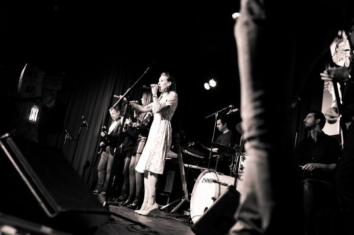 Live-muziek op podium van Ons Thuis