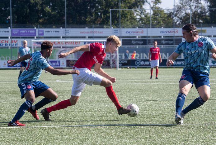 Jordie van der Laan in actie voor zijn huidige club DOVO, tegen de amateurs van Ajax.