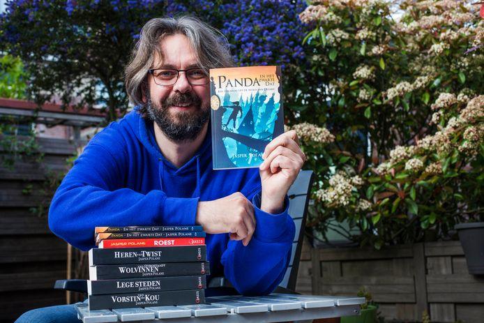 Jasper Polane met zijn nieuwe boek 'Panda en het zwarte Dat'.