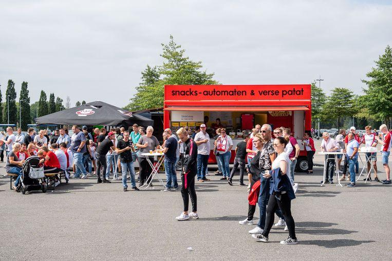 Het plein voor het Emmen-stadion voorafgaand aan de wedstrijd tegen AZ. Beeld ANP Pro Shots