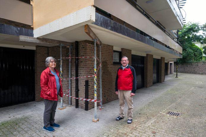Jannie Willemsen en Jan van Aarle bij de stempels onder de galerij. De betonnen borstwering boven Willemsens hoofd heeft tijdelijk plaats gemaakt voor een plank.