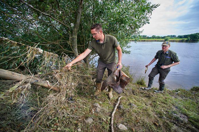 Ido Pruijn inspecteert, samen met collega Sander Verwoerd de oevers van de Maas nu het water zakt