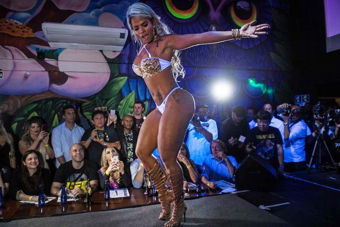 Een deelnemer van de Miss Bumbum verkiezingen in Sao Paulo, Brazilië,  showt zichzelf ten voeten uit. Foto Nelson Almeida