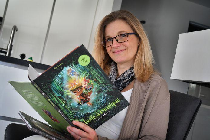 Patricia Schasfoort met een album van haar broer Jerome Gillet, bekroond striptekenaar in Parijs.