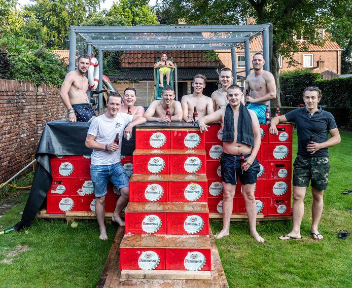 Een vriendengroep uit Westerhoven heeft een zwembad gebouwd van 250 lege bierkratten.
