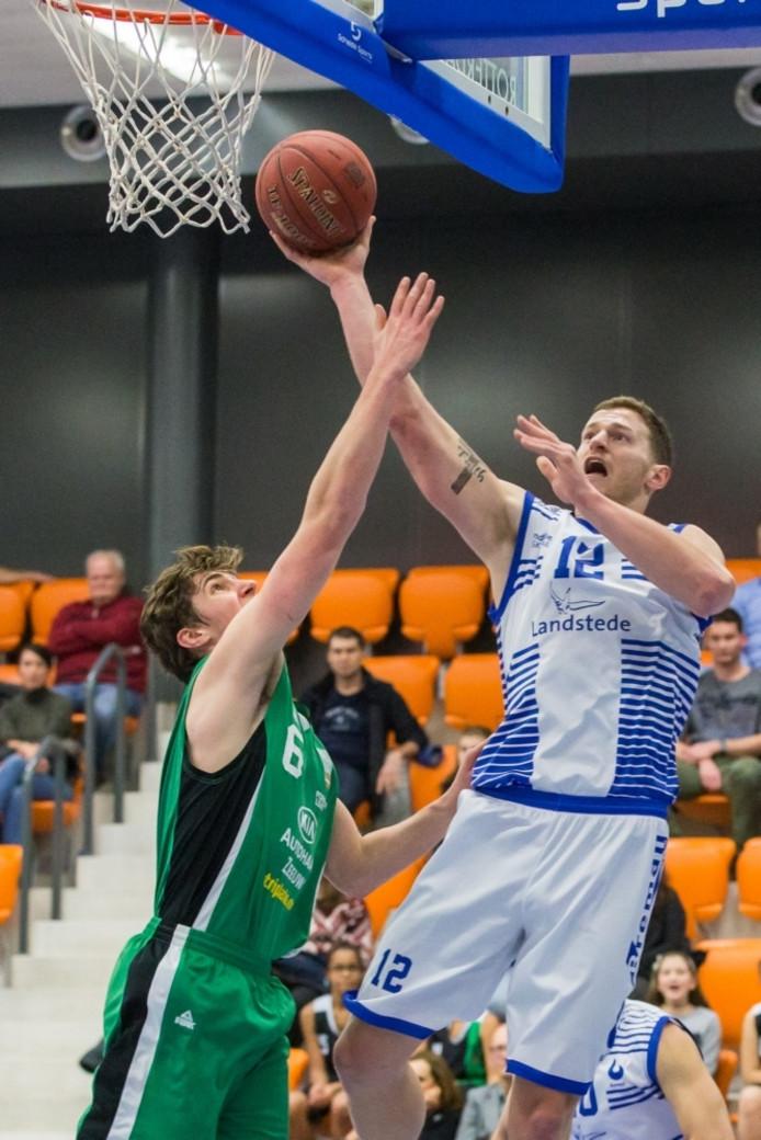 Speler van Rotterdam Coen Stolk (l) in duel met Speler van Landstede Basketbal Clayton Vette (l)