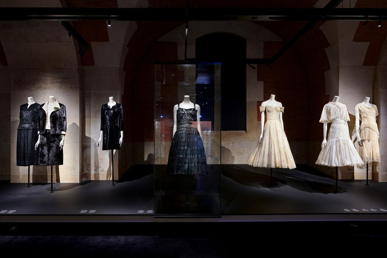 Enkele Chanel-creaties op de expo 'Gabrielle Chanel, Manifeste de Mode' in Musée Galliera in Parijs.  Beeld Foto: Olivier Saillant