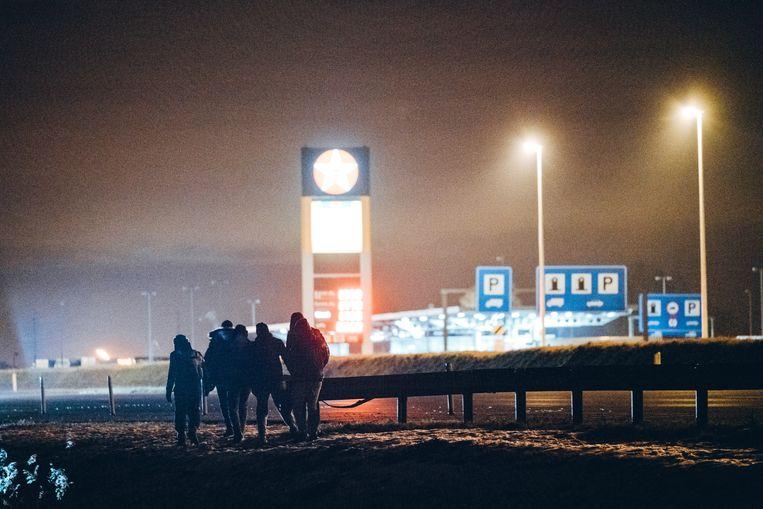 Mannekesvere krijgt elke nacht bezoek van talrijke transitmigranten. Burgemeester Dedecker overweegt maatregelen. Beeld Thomas Sweertvaegher