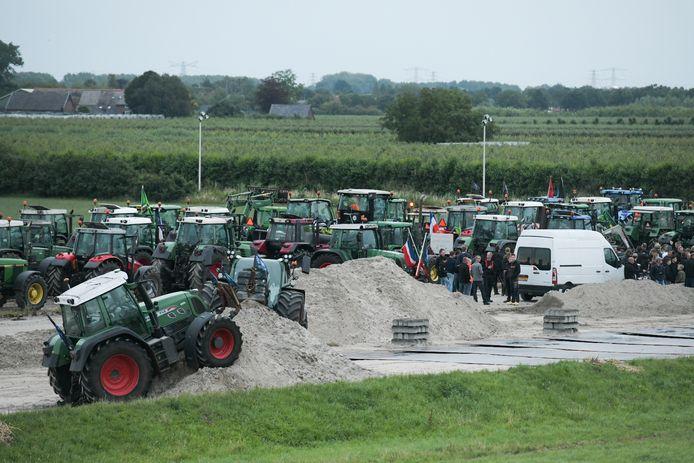 Op de Ovatonde in Nijmegen-Noord wacht de politie boeren uit de Achterhoek op die een brief willen bezorgen aan 'stikstrofstrijder' Johan Vollenbroek uit Nijmegen.