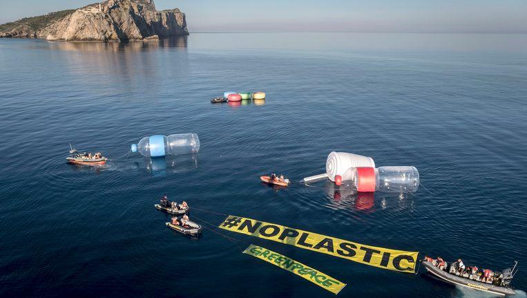 Begin deze maand nog protesteerde Greenpeace tegen plastic afval in de Middellandse Zee. Beeld EPA
