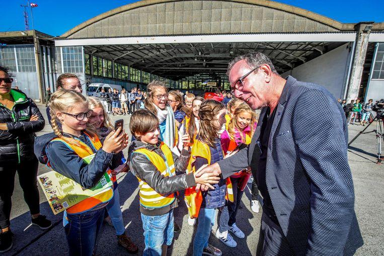 Marcske van FC de kampioenen verraste de kinderen die een rondleiding kregen op de luchtmachtbasis.