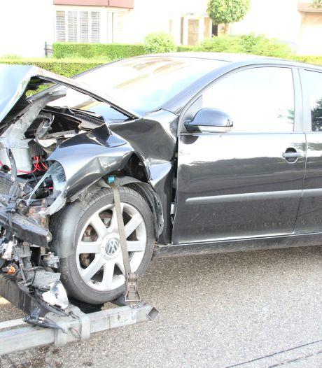 Auto ramt verkeerslicht en bushokje bij aanrijding in Almelo