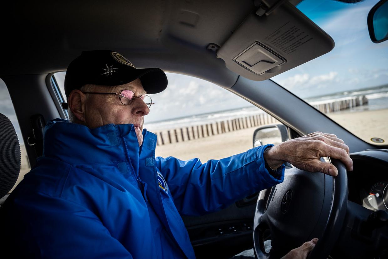 Pieter Jan Borsch van Juttersvereniging Ameland in de terreinwagen waarmee hij het strand afspeurt.