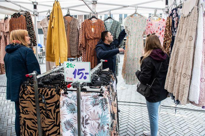 Non-food kramen mogen weer op de weekmarkt staan. J.S. Deol (midden) kan eindelijk zijn kleding weer aan de man/vrouw brengen. Links Miriam Loyman en rechts Annemarie Westerveld.