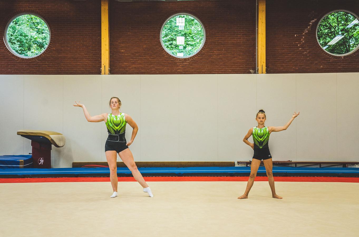 Emma en Jolien trainen voor het EK Jeugd Acrobatische Gymnastiek in Pesaro eind september.