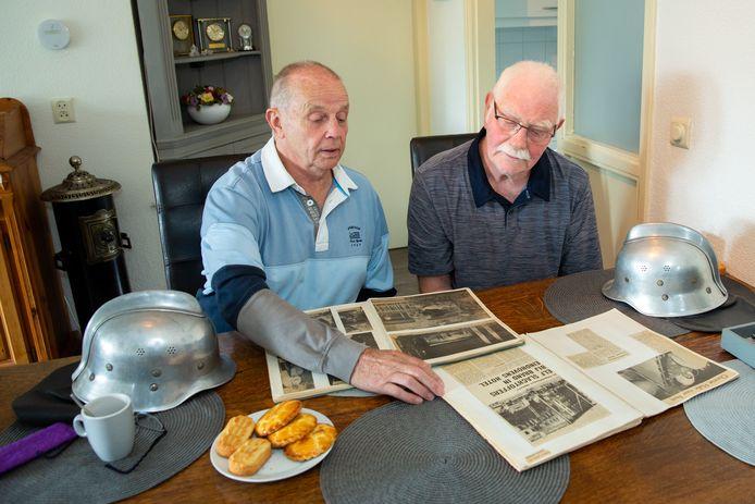 """Frans van Hapert en Dielis van Rijn waren brandweerman toen hotel Tsilveren Seepaerd afbrandde. ,,Onze helmen waren van aluminium. Dat geleidt warmte en elektriciteit! Dat leek nergens op."""""""
