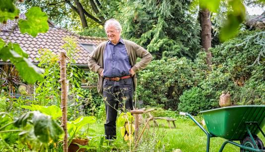 Hoogleraar Michiel Korthals heeft een moestuin en een kasje in zijn tuin.