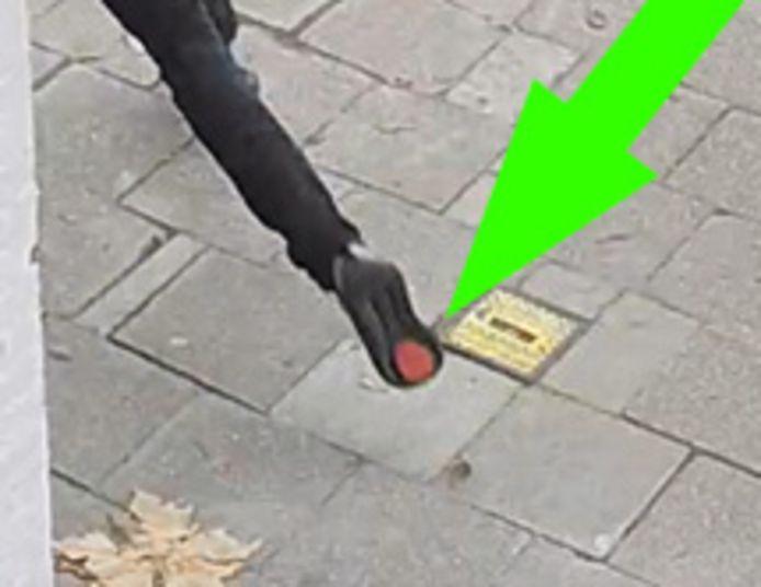 De verdachte droeg grijze schoenen met een opvallende zool.
