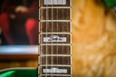 De gitaar die Bono heeft gesigneerd.