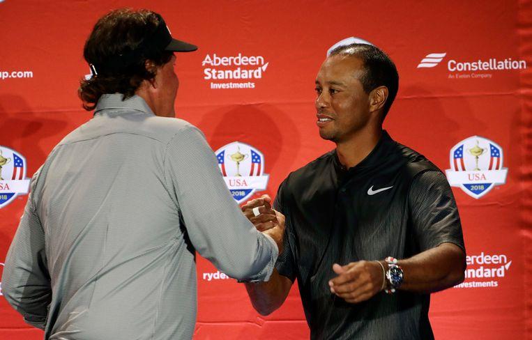 Phil Mickelson schudt Tiger Woods de hand.