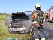 Auto vliegt tijdens het rijden spontaan in brand