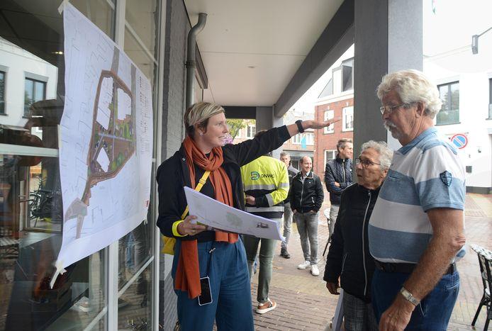 Marjan van Capelle van KuiperCompagnons geeft uitleg aan dorpsbewoners Gré en Maarten Bruijnes