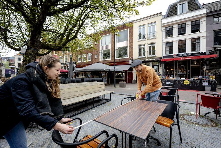 In Utrecht worden terrassen klaargezet. Beeld ANP