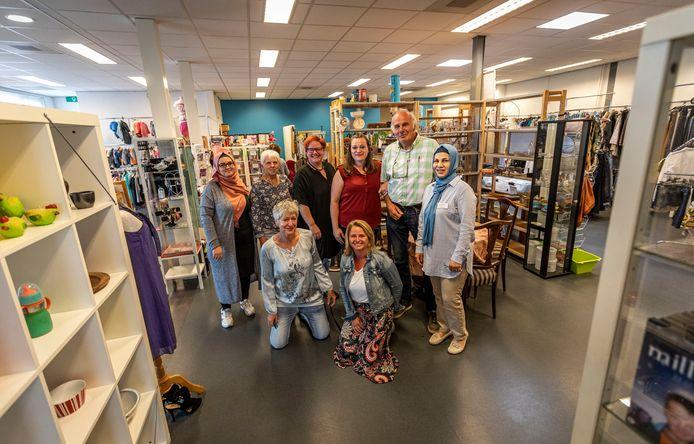 Staand (vlnr): de vrijwilligers Douha Ibrahim, Fien Emons, Nancy Meijer, Patricia van Riel, Bert Gerbrands en Thanaa Khalil. Zittend: de coördinatoren Mien Paridaans (l) en Evelyn van den Hurk.
