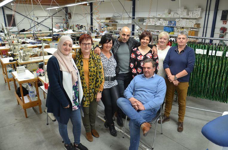 Walter Praet met zijn werknemers op de laatste werkdag in textielbedrijf Cloë.