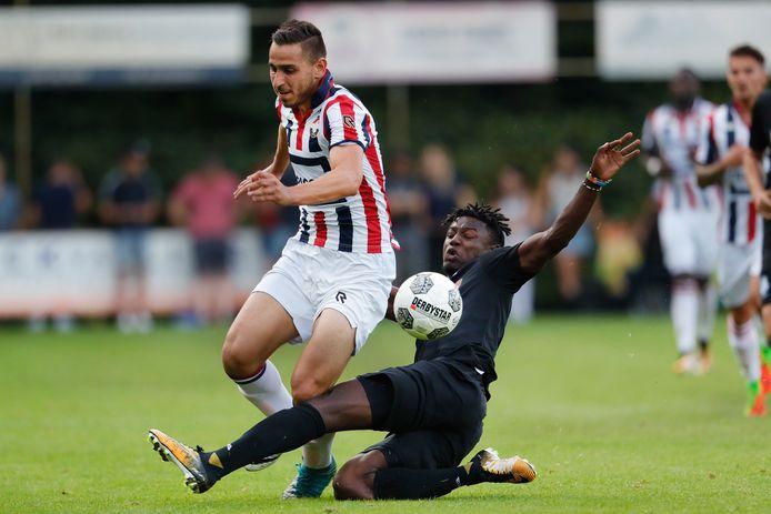 Emre Bostanci (links) als speler van Willem II in duel met Augustine Loof van FC Eindhoven.